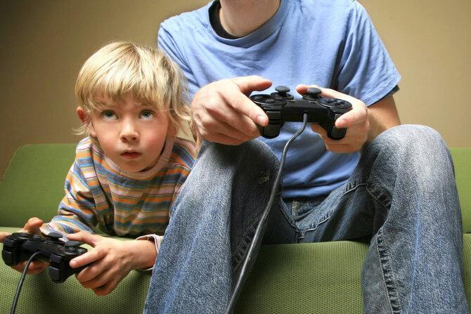Отец и сын играют на компьютере