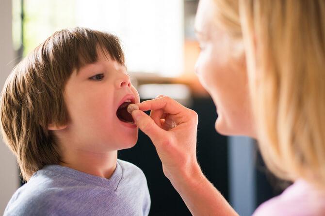 Ребёнок принимает лекарства
